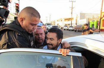 Por alterar el orden público detienen a León Fierro en ceremonia oficial