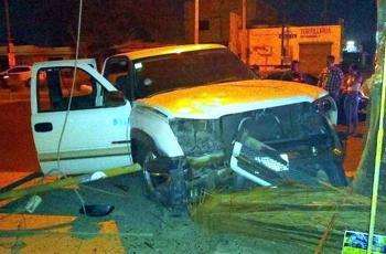 Alcoholizado y en auto oficial, individuo choca y atropella a ciclista