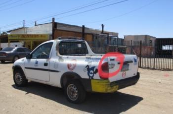 En falso auto de la Cespm roban tapas de pozos