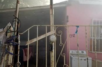 Salvan policías a mujer de morir en un incendio