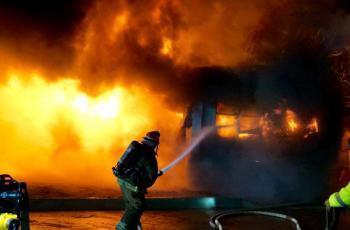 "Bomberos sofocan incendio de ""traila"" de una familia"