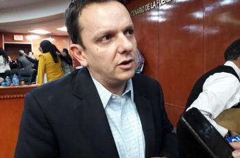 """A Carlos Torres no le gustó la crítica de Gustavo de Hoyos y lo acusa de querer """"hueso"""""""