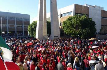 Miles marchan contra 'Kiko'; exigen pago a maestros jubilados y activos