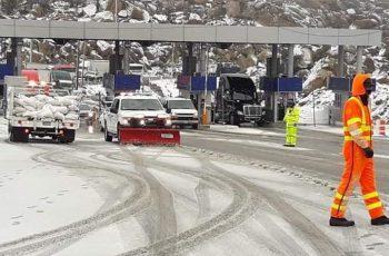 Cierran autopista a Tecate por intensas nevadas