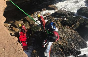 Rescata PEP a motociclista que cayó a acantilado