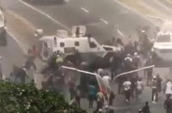 Tanqueta atropella a manifestantes partidarios de Guaidó